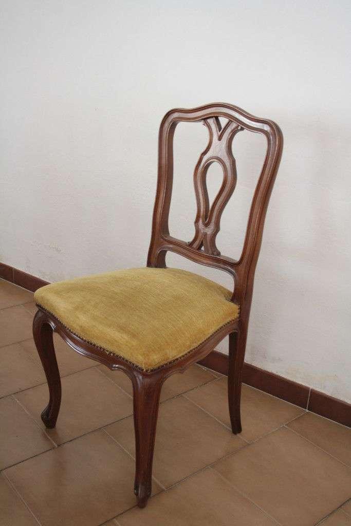 Six chaises en bois de noyer