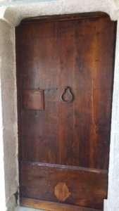 ancienne porte en bois de châtaignier restaurée XVIII ° siècle