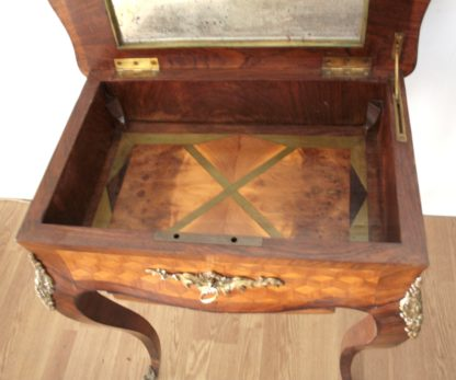 Table de travail de haute qualité du XVIIe siècle Louis XV en très bon état